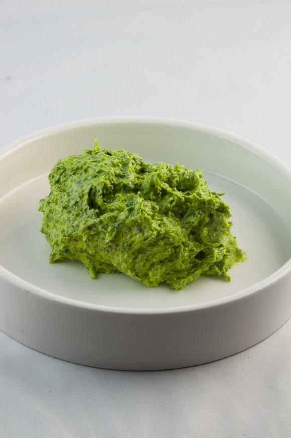 Prepare a manteiga de ervas: leve todos os ingredientes ao processador e bata até formar uma pasta homogênea