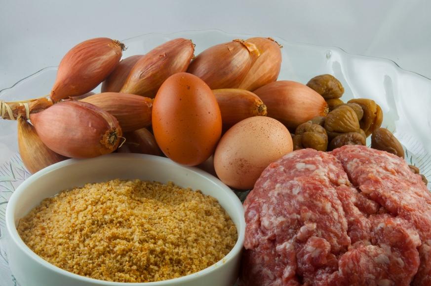 Para o recheio de castanha portuguesa: doure a cebola na manteiga e deixe esfriar. À parte, misture a linguiça com a castanha, o conhaque, a noz-moscada, a cebola que foi dourada na manteiga e o óleo de nozes. Junte a farinha de rosca e por último os ovos. Misturar até obter uma massa homogênea. Reserve no refrigerador