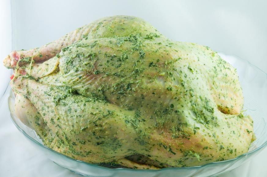 Salpique sal (somente se o peru não for temperado) e pimenta-do-reino na pele do peru e esfregue bem. Passe o restante da manteiga de escargot na pele da ave