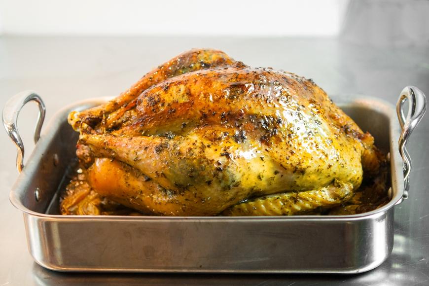 Em nossa casa, preferimos assar o peru (160ºC), ou seja, um cozimento um pouco mais lento, o que ajuda a guardar ainda mais a suculência da carne.