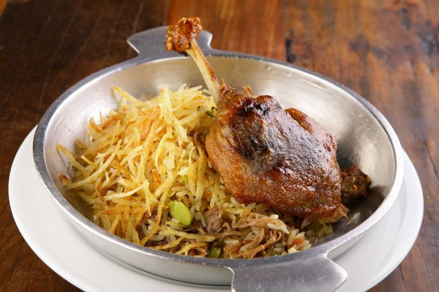 O arroz de pato dispensa acompanhamentos e faz bonito à mesa. Aprenda a receita - Revista Menu
