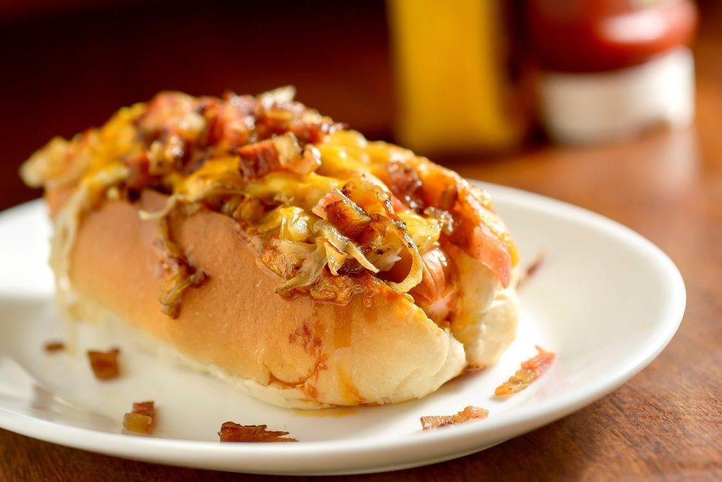 Quem pedir o hot-dog no dia 25 ganha uma porção de batata frita (foto: divulgação/ Tadeu Brunelli)
