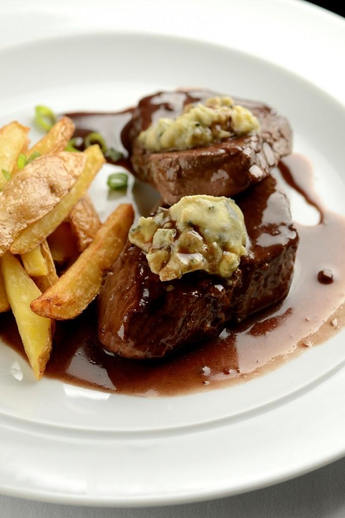 O filé ao gorgonzola e amêndoas com molho de vinho agridoce e batatas fritas é uma das novidades (foto: divulgação/ Wellington Nemeth)
