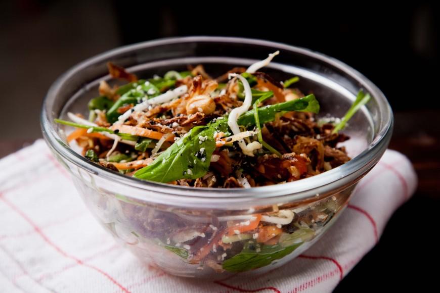 Aprenda quatro receitas para dar um upgrade na salada do dia a dia