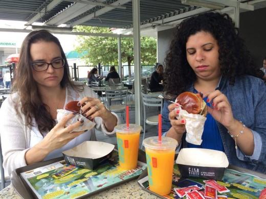 Beatriz Marques (à esq.) e Cintia Oliveira provam o hambúrguer gourmet do McDonald's (foto: Kareen Sayuri)