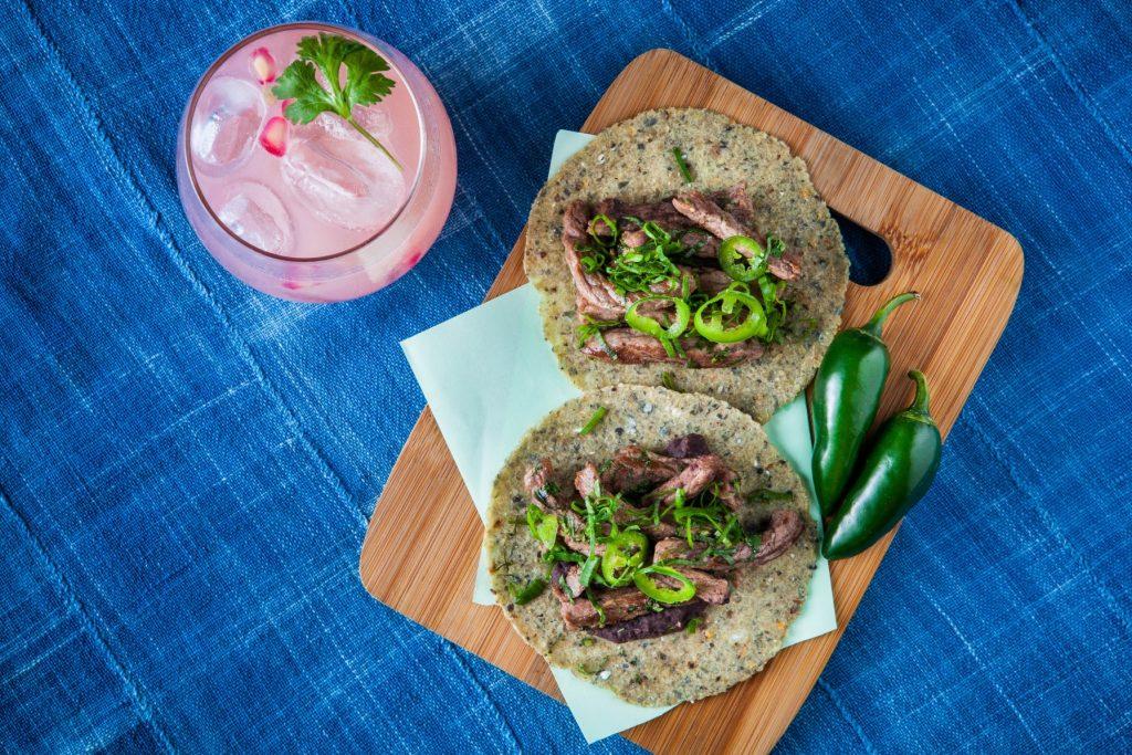 Tacos de carne a la plancha e o drinque essência cilantro, do La Central (foto: divulgação)
