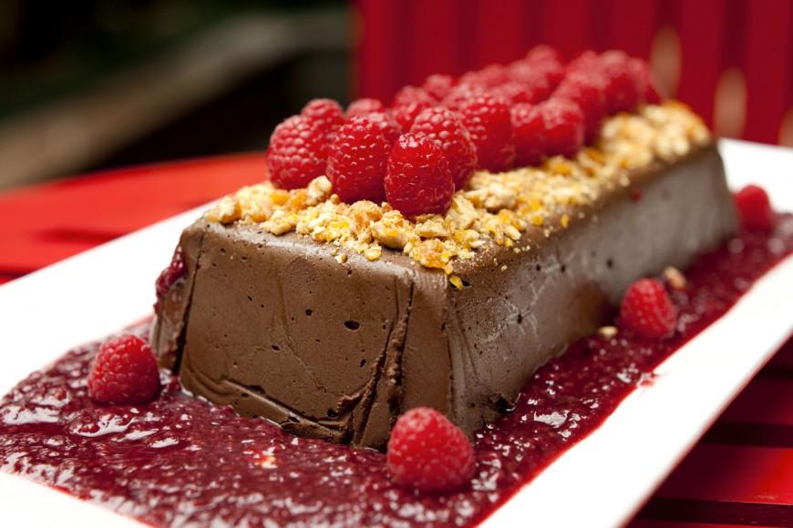 Aprenda a fazer a terrine de chocolate com frutas vermelhas - Revista Menu