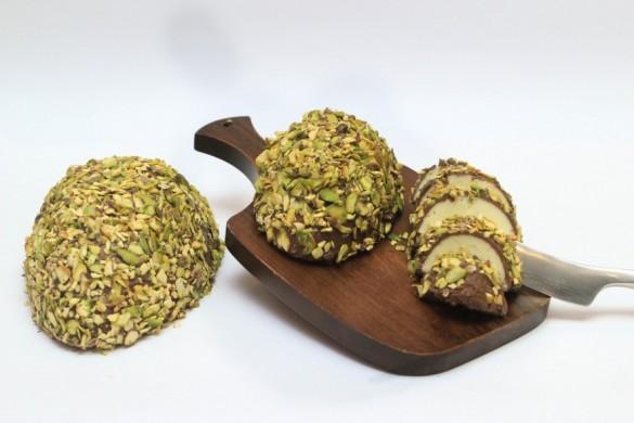 Ovo de corte coberto de pistache e com recheio de limão-siciliano, da Vila Chocolat (foto: divulgação)