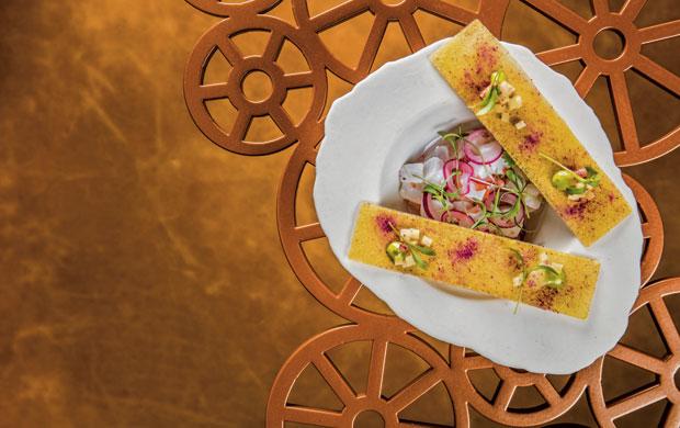 O ceviche vem com batata-doce em três texturas: tartar, pó e crocante.