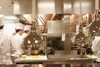 Cozinheiros em ação no restaurante novaiorquino Eleven Madison Park, que reduzirá seu número de pratos (foto: divulgação)