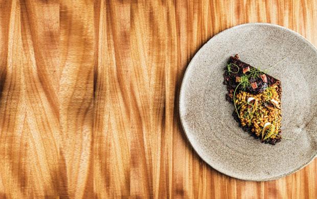 O arroz de chorizo Pata Negra, aliche e cebolas tostadas