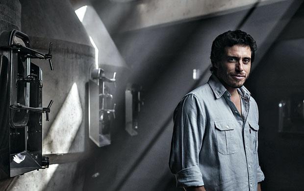 Sebastián Zuccadi e os tanques de concreto da nova vinícola