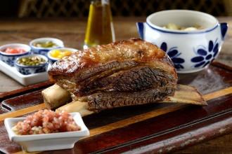 A macia costela no bafo, assada por 16 horas no forno Josper, é uma das novidades para compartilhar (foto: divulgação/ Wellington Nemeth)
