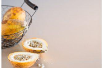 Com sabor mais equilibrado, que combina acidez e doçura, o maracujá-doce é muito utilizado no preparo de sucos e sobremesas, mas também revela seu potencial como ingrediente em pratos salgados (foto: Sheila Oliveira/ Empório Fotográfico;  produção: Melissa Thomé)