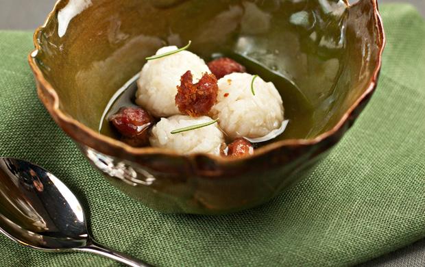 Os polpettini de arroz são servidos com caldo de carne e linguiça dourada no azeite