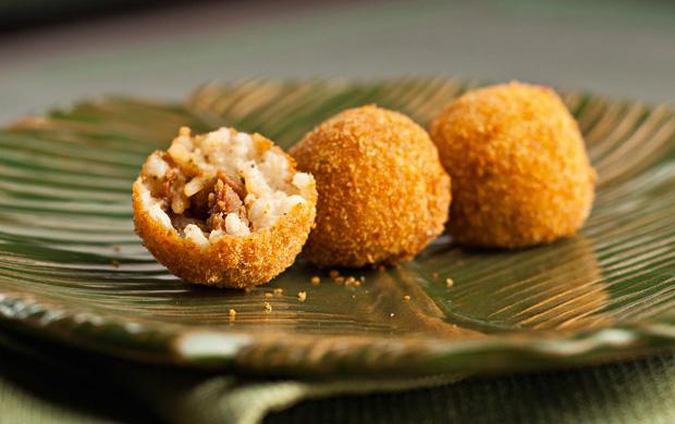 O arancini recheado com ragu de linguiça é uma boa pedida para beliscar