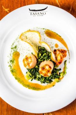 Vieras grelhadas, servidas com acelga refolgada e molho de crustáceos (foto: divulgação/ Filico)