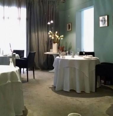 A decoração sóbria do salão da Osteria Francescana (foto: Marcelo Bergamo)
