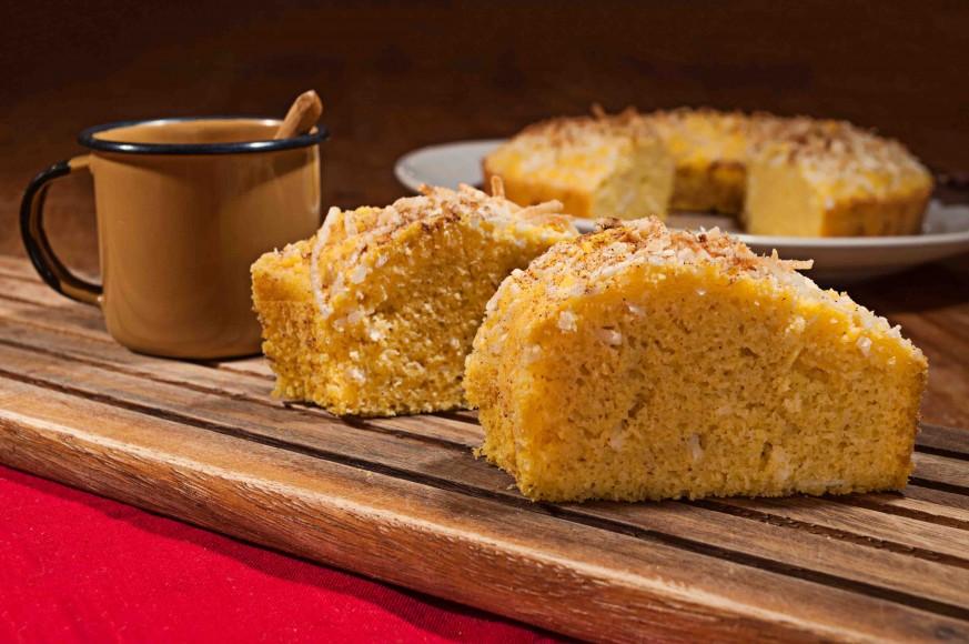 Aprenda a fazer versão saudável do bolo de fubá com coco - Revista Menu