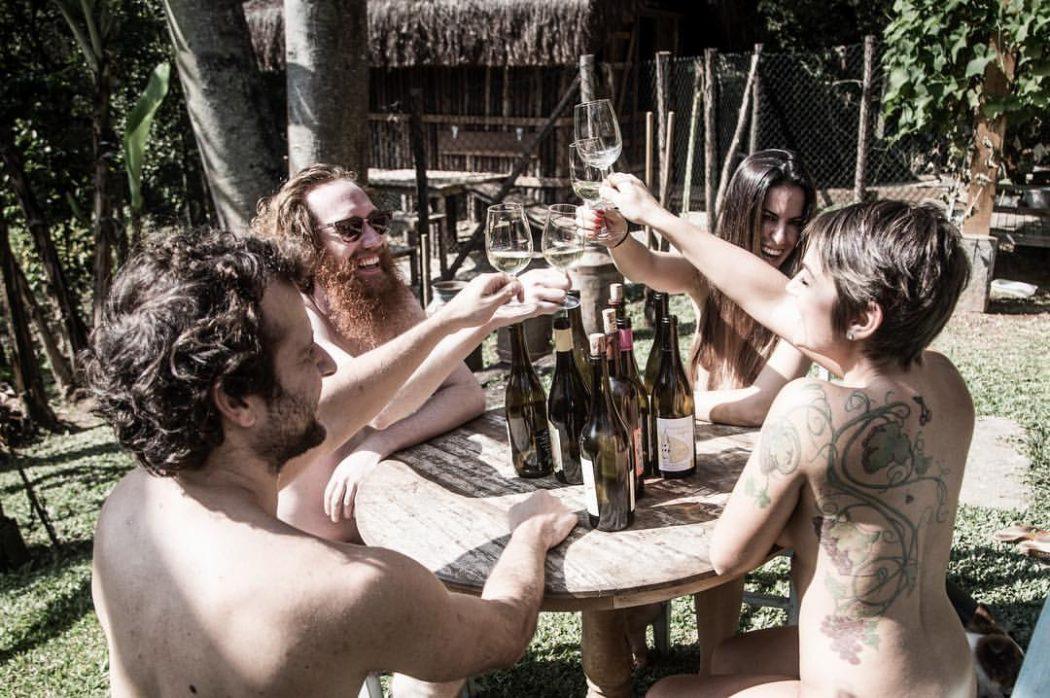 Lis (à direita, de costas), Ramatis (à esquerda, de costas) e amigos durante ensaio fotográfico para divulgar feira de vinhos naturais (foto: divulgação)