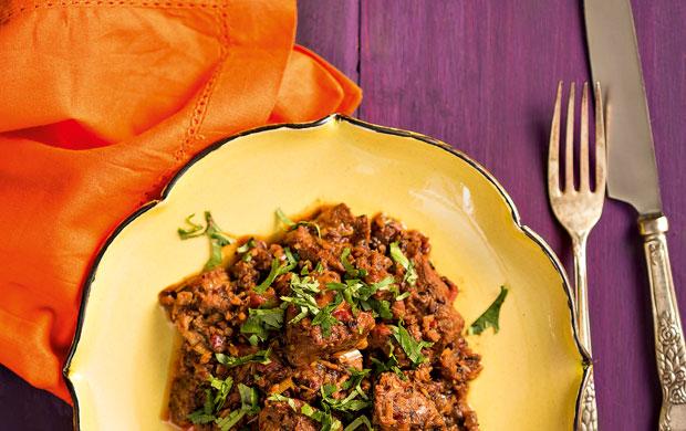 O kalu pol leva uma pasta escura de arroz tostado, usada para encorpar o molho