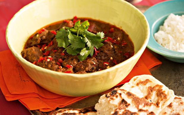 O curry vindaloo de cordeiro é bastante comum em Bangladesh e na Índia e tem influência portuguesa