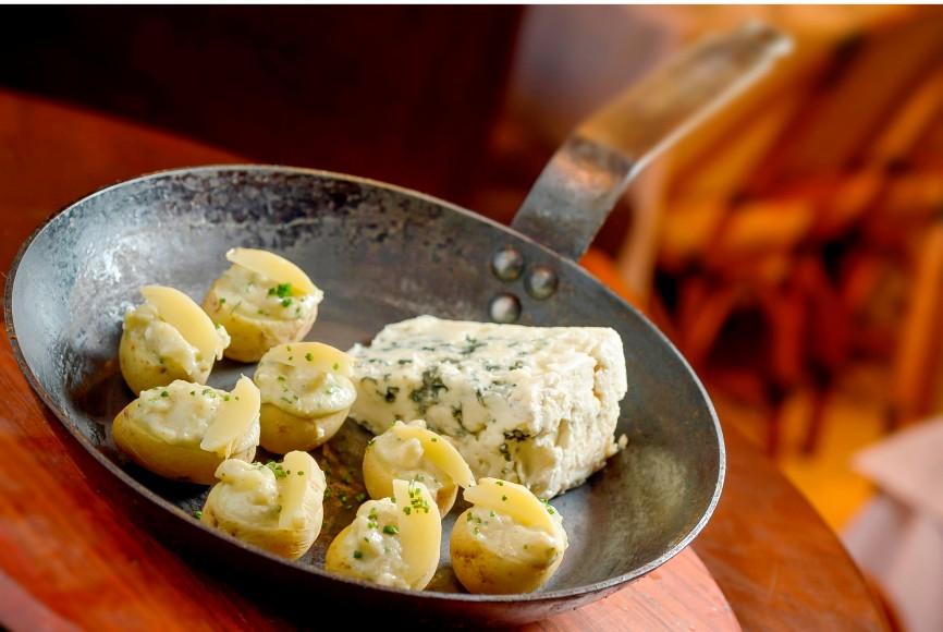 Prepare em casa as batatinhas com queijo roquefort - Revista Menu