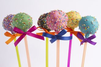 Também conhecido como bolo no palito, o cake pop é garantia de sucesso entre a garotada (foto: divulgação/ Guiga Lessa)
