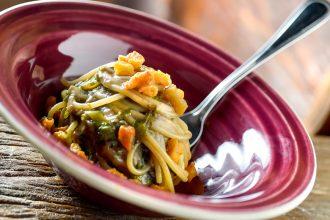 """O spaghetti della Rose (espaguete com escarola refogada, aliche do mar Cantábrico e """"torresmos"""" de bacalhau) é uma das sugestões do cardápio (foto: divulgação/ Tadeu Brunelli)"""