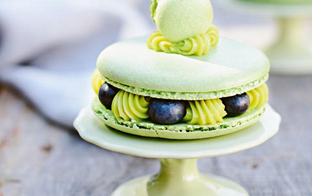 O macaron de pistache e mirtilo combina açúcar refinado e de confeiteiro no preparo
