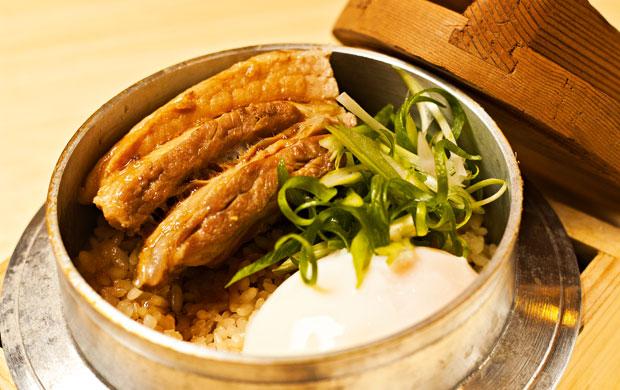 o kamameshi, arroz cozido, com pancetta ao tarê e ovo poché;