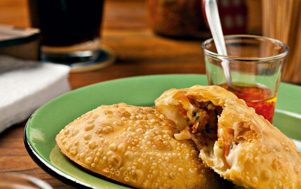 O pastel é outro petisco típico de bares paulistanos. No Sabiá, é recheado de camarão e catupiry, preparado pela chef Graziela Tavares