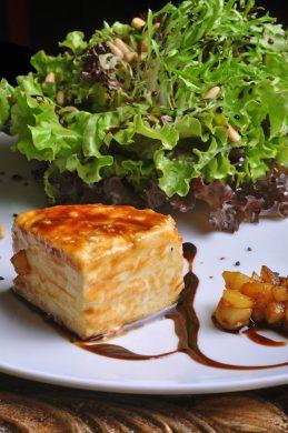 foto-guy_salada-chevre-mix-de-folhas-mac%cc%a7a-caramelizada-em-mel-de-figo-e-queijo-de-cabra-02_credito-maria-mattos