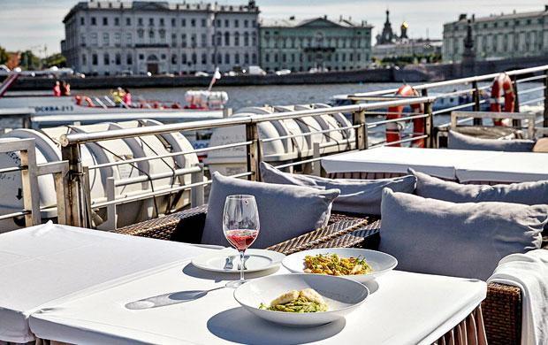 No barco, com vista para o palácio de inverno