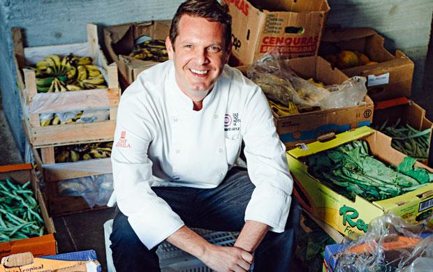 O chef David Hertz, entre os insumos doados para o RefettoRio Gastromotiva
