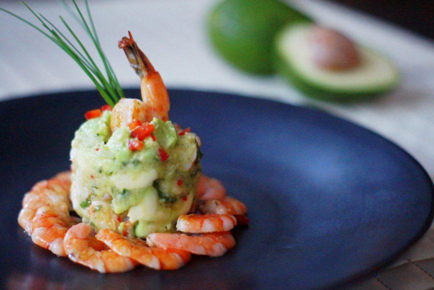 Prepare em casa o tartar de abacate com camarão - Revista Menu