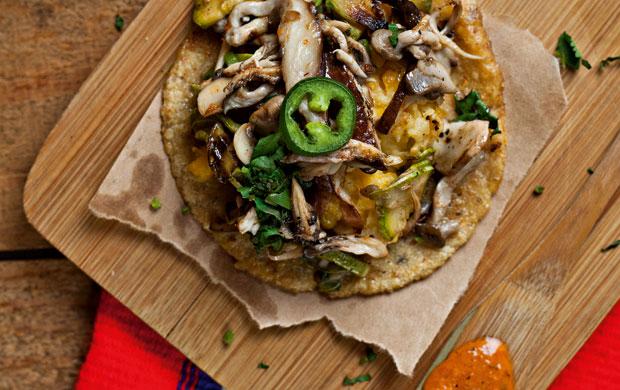 A opção para os vegetarianos, feita com abobrinha, cogumelos, chiles e purê de milho