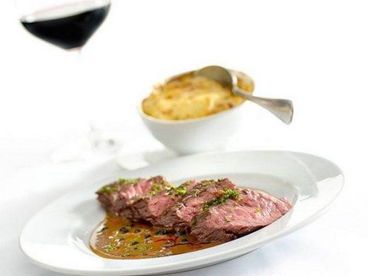 Bavette au poivre: uma das sugestões que vez ou outra está em cartaz no almoço do Le Bilboquet (foto: divulgação)