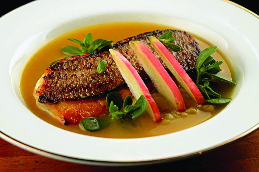 Prepare o peixe com tucupi, purê de banana e farofa de ervas