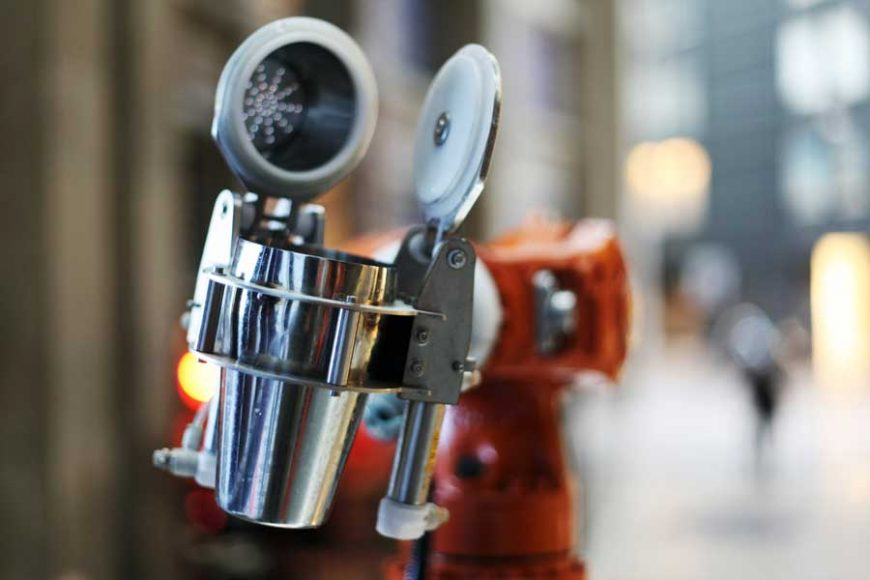 Bar com bartenders robôs agita vida noturna de Turim