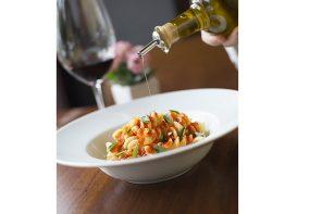 Fusilloni com salame cremoso picante, pecorino e ouriço-do-mar, de Luca Abbruzzino para a Settimana (foto Johnny Mazzini/Divulgação)