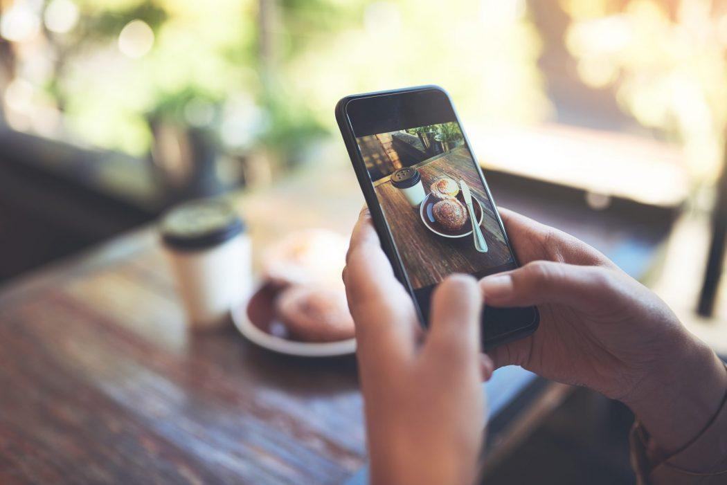 Popularidade nas redes sociais ajudará a pagar a conta no restaurante (Foto: Reprodução/iStock)