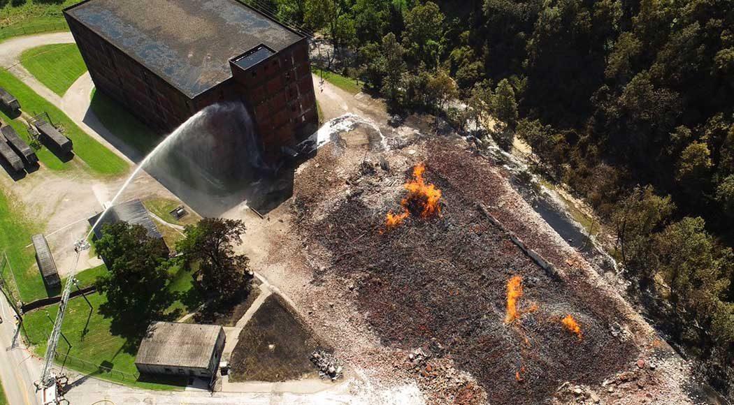 Incêndio deixou local destruído (Foto: Twitter/@AlexSlitzPhoto)