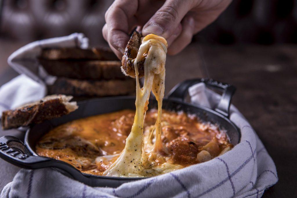Veja como preparar o prato ovos no purgatório, sugestão para a segunda sem carne