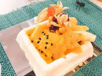 Aprenda a fazer flan de iogurte com calda de frutas amarelas