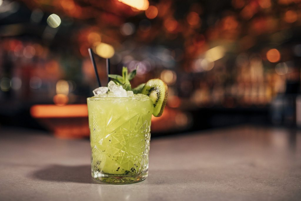 Conheça o bar que cobra R$ 41 por hora e oferece bebida à vontade