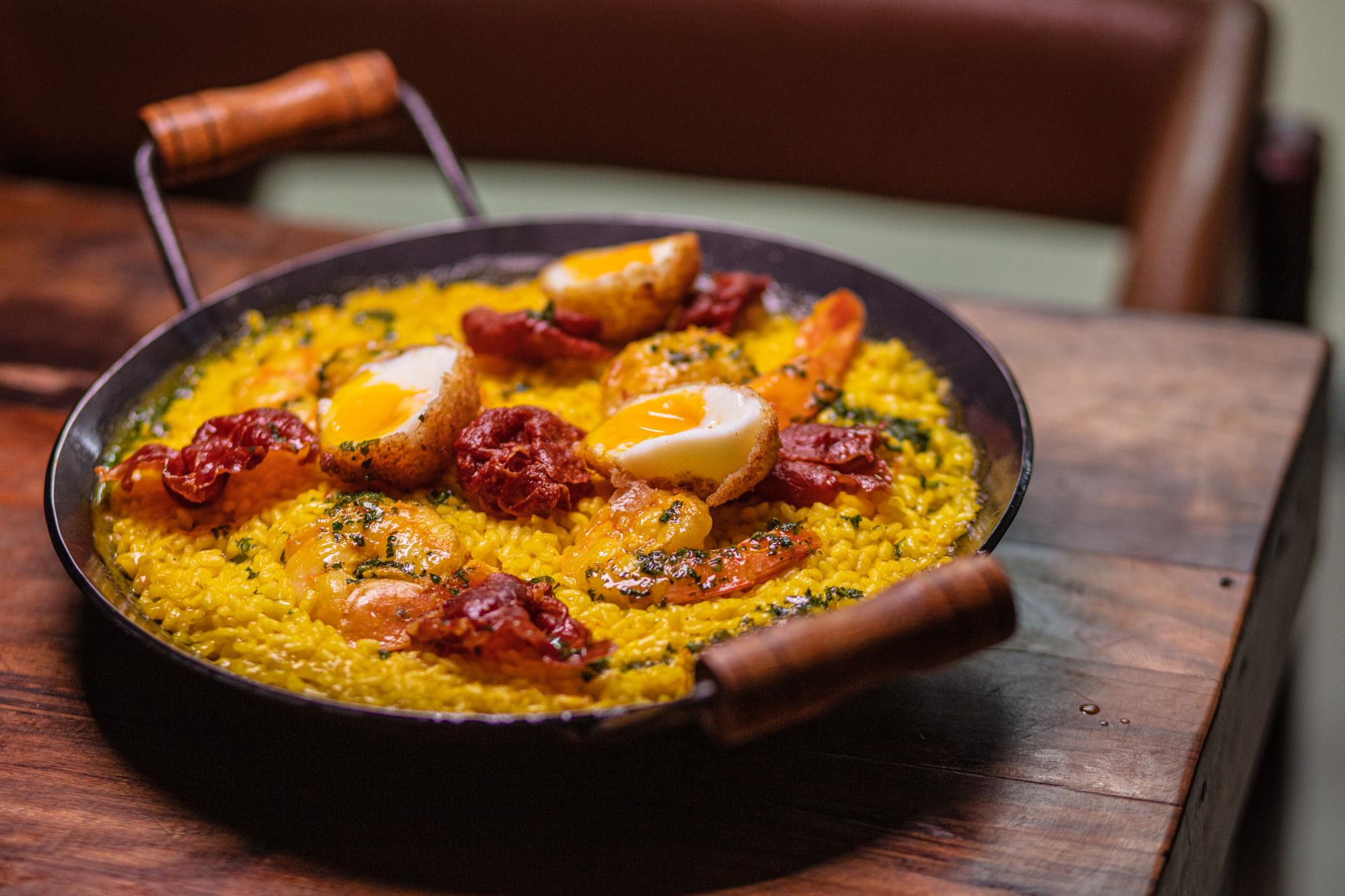 Chef Marcelo Petrarca prepara paella em festival no Rio de Janeiro