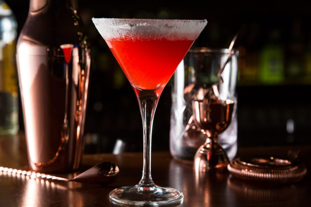 Veja como preparar o drink Cosmopolitan, do bar Jerônimo 446