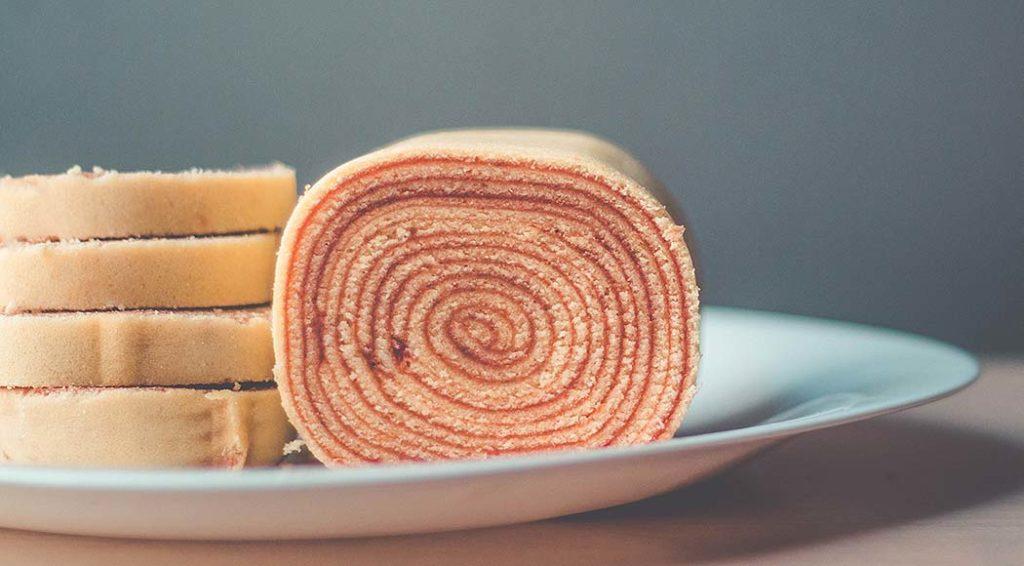 Receita tradicional de bolo de rolo pernambucano com goiabada
