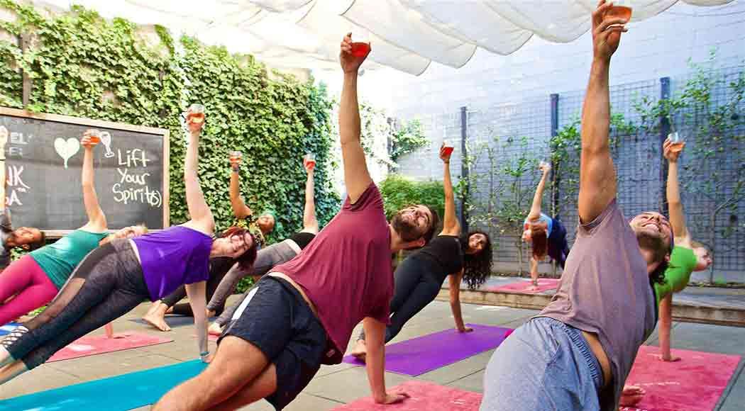 Retiro oferece aulas de ioga com vinho e coquetéis em Cancun